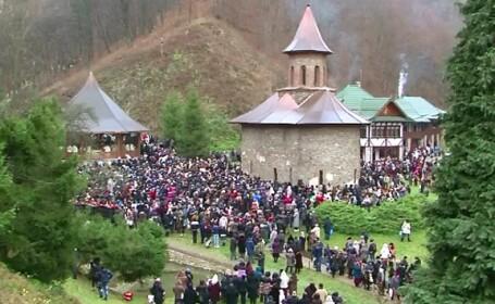 20.000 de credinciosi din toata tara s-au rugat la mormantul lui Arsenie Boca. 25 de ani de la moartea \