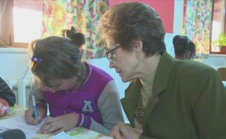 Lectie de pasiune si devotament data de doamna Lucretia. Profesoara preda voluntar copiilor dintr-un centru de plasament