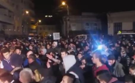 Moment emotionant aseara. Protestatarii au ingenuncheat la Colectiv si s-au rugat pentru sufletele celor care au murit. VIDEO