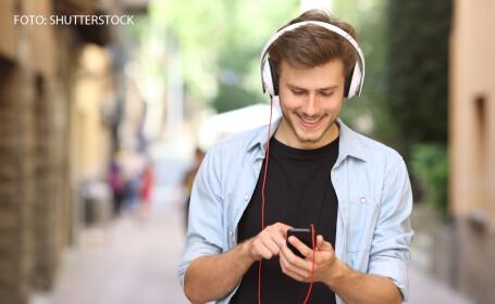 tanar care asculta muzica