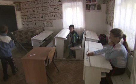 """O scoala din Romania in 2015: ore tinute de preot in casa unui satean. """"N-au fost in stare 3 profesori sa-l invete sa numere\"""