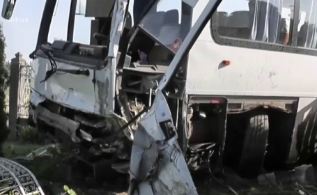 Un microbuz inmatriculat in Romania s-a ciocnit cu un autoturism, in Ungaria. 15 romani raniti, internati in spital