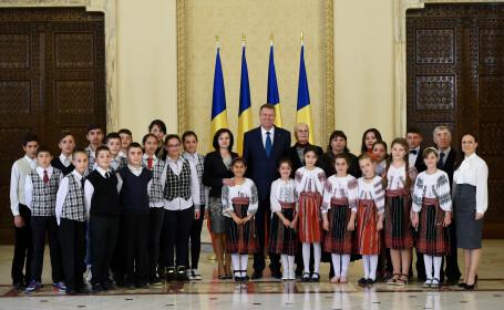 Presedintele Klaus Iohannis a decorat doua scoli. Mai multi copii din familii sarace sau abandonate, invitati la Cotroceni