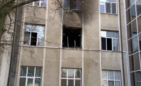 O lumanare aprinsa pentru un pacient decedat, cauza incendiului de la spitalul din Simeria. Neregulile gasite de pompieri