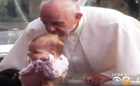Tumoarea cerebrala a unei fetite s-a redus dupa ce a fost sarutata pe crestet de Papa Francisc. \