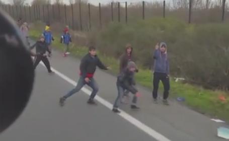 Un sofer maghiar s-a filmat in timp ce vira camionul spre un grup de imigranti, pe marginea drumului