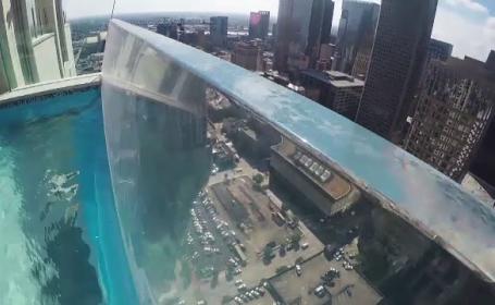 Cum arata una dintre cele mai spectaculoase piscine, suspendata in varful unui bloc de 40 etaje. \