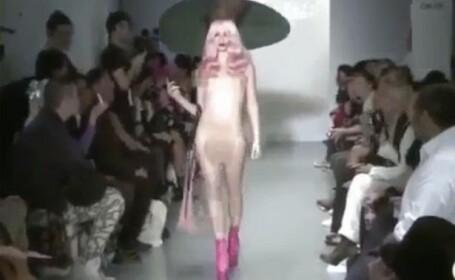 O tanara a defilat complet goala la o prezentare de moda. Clipul a devenit viral pe internet. VIDEO