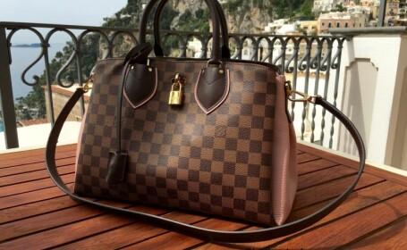 Fiul ei a vomat pe o geanta Louis Vuitton, iar femeii i s-au cerut despagubiri exagerate. Ce suma a cerut proprietara