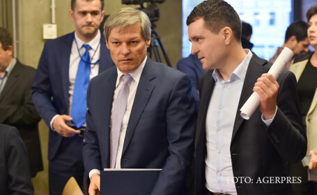 Premierul Dacian Ciolos (stg.) si presedintele Uniunii Salvati Romania, Nicusor Dan