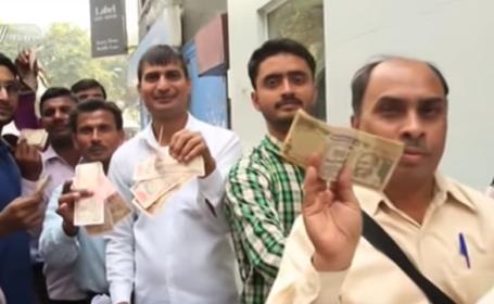 Haos si panica in India dupa ce 85% din bani au ramas fara valoare. Oamenii stau de 3 zile la cozi in fata bancilor