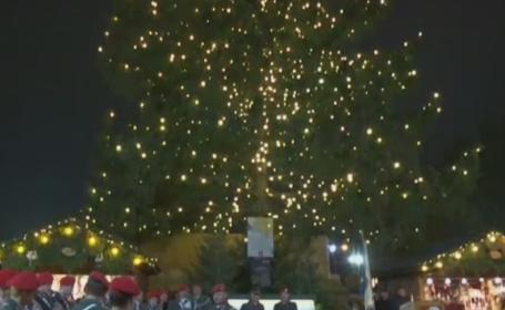 Au fost aprinse luminile in bradul de Craciun din fata Primariei Vienei. Pomul cantareste 7 tone