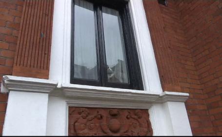 Julian Assange, interogat de oficiali suedezi la Ambasada Ecuadorului din Londra. Cine a aparut la fereastra dupa audiere