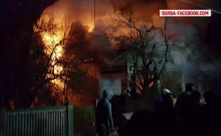 Casa din Olt distrusa intr-un incendiu, joi noapte. Proprietara, gasita moarta dupa stingerea flacarilor