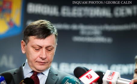 Crin Antonescu acorda un interviu jurnalistilor la finalul depunerii de catre Partidul National Liberal a listelor candidatilor pentru alegerile europarlamentare