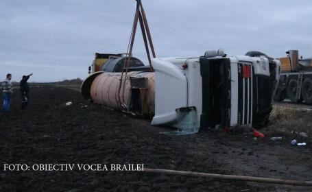 Accident grav, pe un drum judetean din Braila. O cisterna plina cu bitum lichid s-a rasturnat