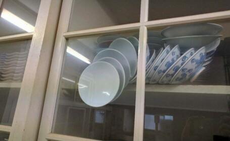 O femeie cere ajutorul internetului pentru a isi salva farfuriile de portelan din dulap. Ce solutii ofera oamenii