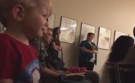 Puterea muzicii. Un baiat de 2 ani incepe sa planga cand aude o piesa de Beethoven pentru prima data. VIDEO