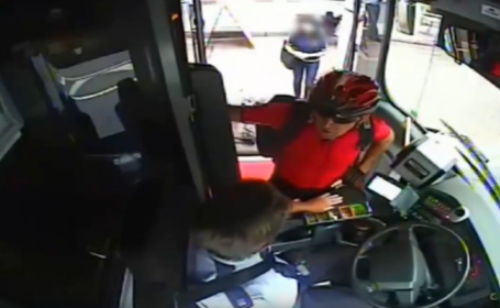 Un barbat si-a pus bicicleta in fata unui autobuz si apoi a urcat in el. Ce s-a intamplat cu soferul. VIDEO