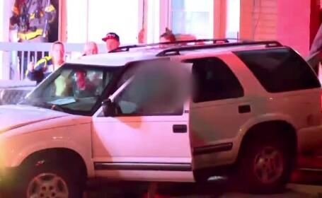 O șoferiță dezbrăcată pe jumătate a surprins niște pompieri care stingeau un incendiu