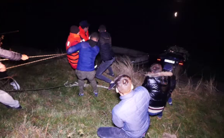 O femeie a murit după ce a căzut cu tot cu mașină de pe un baraj, în Argeș. Soțul a leșinat când a primit vestea
