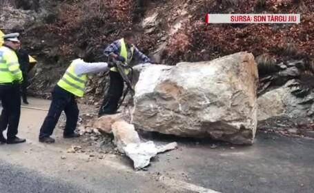Circulație blocată în Defileul Jiului. O stâncă a căzut pe șosea