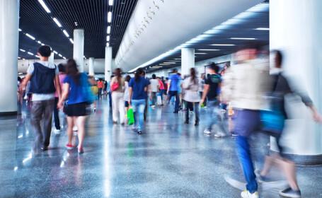 pasageri pe aeroport