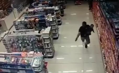 Un polițist a împușcat mortal doi bărbați, într-o farmacie. VIDEO