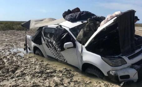 Doi australieni, izolați patru zile pe plafonul unei mașini, încojuraţi de apă şi crocodili