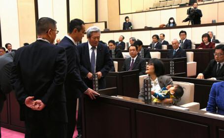 Politiciană dată afară de la o ședință, pentru că și-a adus bebelușul la muncă