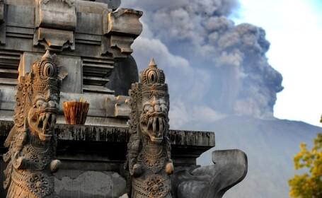 Vulcanul din Bali a erupt de două ori în ultima săptămână