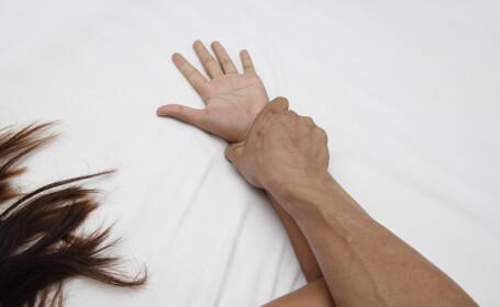 O badante româncă îl acuză pe fiul bătrânului de care avea grijă de 3 violuri
