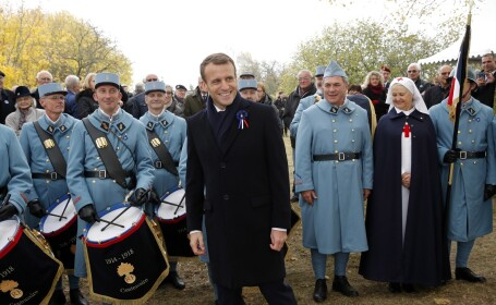 Emmanuel Macron si soldati in unforme de epoca