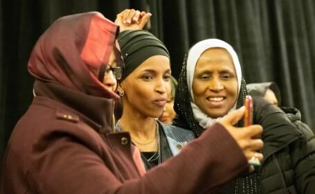Alegeri istorice în SUA. Două femei musulmane ajung în Congresul american