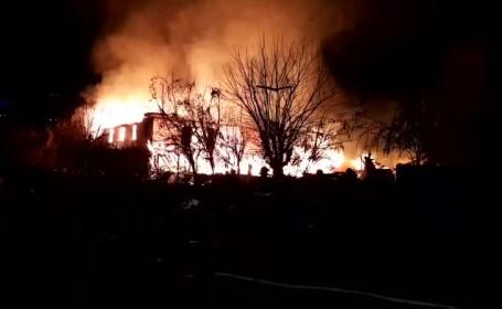 Incendiu violent în zona barăcilor din Cernavodă. O femeie a fost dusă la spital
