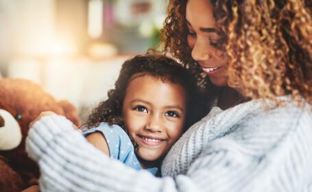 Cum trebuie să procedeze mamele, când fiicele lor au prima menstruație. Le poate salva de la o sarcină nedorită