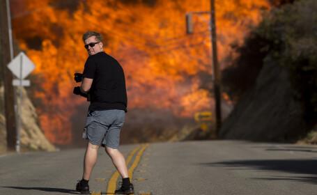 """Un bărbat fotografiază """"infernul"""" din Malibu"""