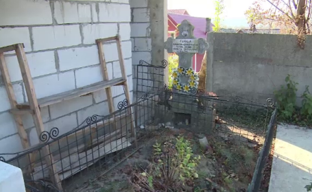 Scandal în cimitir. O femeie s-a trezit cu un WC construit deasupra mormântului tatălui său
