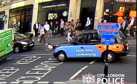 Bărbat împins în fața mașinii, pe o stradă aglomerată, după un schimb de replici. VIDEO