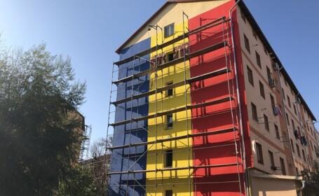 bloc in culorile tricolorului