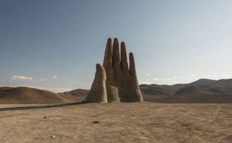 O mână gigantică a apărut în cel mai arid deşert din lume. Care e explicaţia