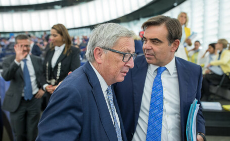 Gestul controversat făcut de Juncker față de un alt oficial european. VIDEO