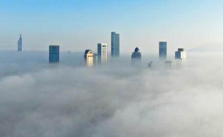 Ceață densă peste orașul Nanjing. Zgârie-norii, surprinși cu o dronă
