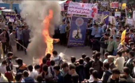 Iranul sărbătorește criza ostaticilor din 1979. Steaguri americane, arse în stradă