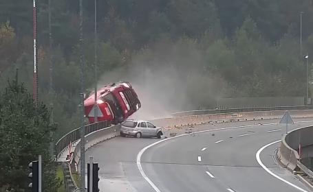 Momentul în care un TIR se prăbușește 20 de metri în gol de pe un pod | VIDEO