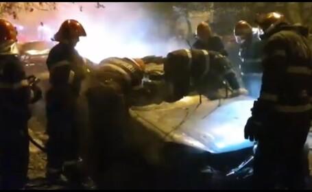 Trei maşini au luat foc pe o stradă din Piteşti. 2 dintre ele au fost distruse complet VIDEO