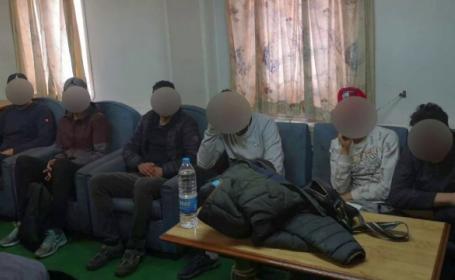 Cei șase imigranți intoxicați cu fum fuseseră închiși într-o cameră de comandantul navei
