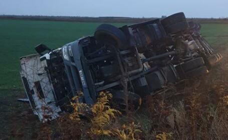 Accident grav. O cisternă plină cu motorină s-a răsturnat în județul Prahova