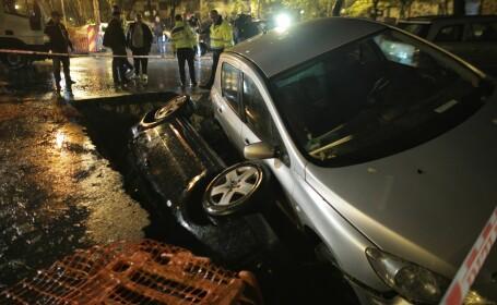 Două mașini au căzut într-o groapă în București - 3