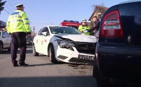 Un taxi, implicat într-un accident, în Cluj-Napoca. O persoană a fost rănită